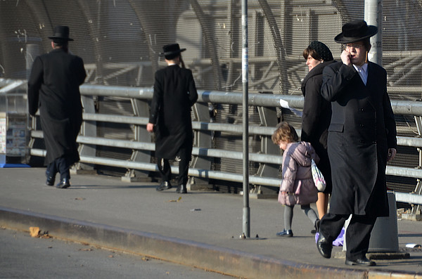 Judíos caminando por el Barrio Ortodoxo de Nueva York