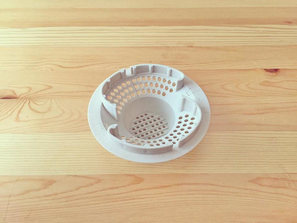 浴室お風呂の排水口のネットを取り替え 古くて使いづらかった排水口の目皿を、ゴミが綺麗にまとまって溜まりやすいタイプに変更しました。水がグルグル回りながら排出されるのでクルクルポイッと捨てられて便利。 小さなストレスがなくなって良い具合。 #排水口 #お風呂 #排水口カバー #排水口ネット #浴室