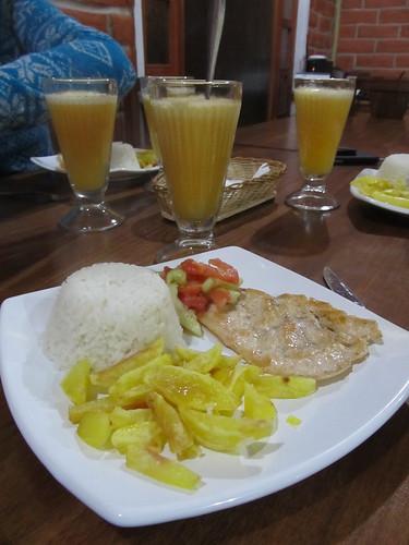 Quilotoa:  poulet, frites, riz et salade accompagnés  d' un  jus de tomate jaune