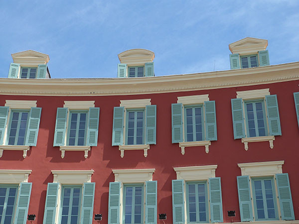 toits et ciel bleu