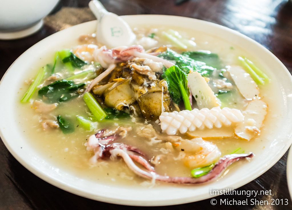 Sar hor fun Combination of meat, seafood and vegetables served on a base of flat rice noodles with gravy