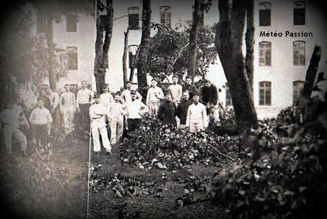arbres mutilés par l'orage en juin 1905 dans la cour d'une caserne de Saint-Maixent météopassion