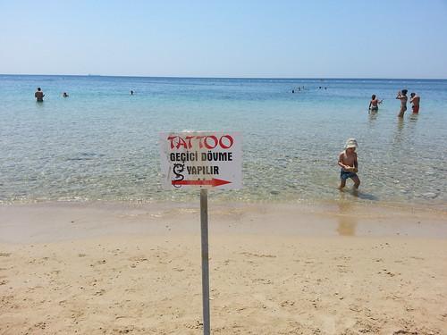 Vigyázat! Tetoválás! Csak úszóknak!