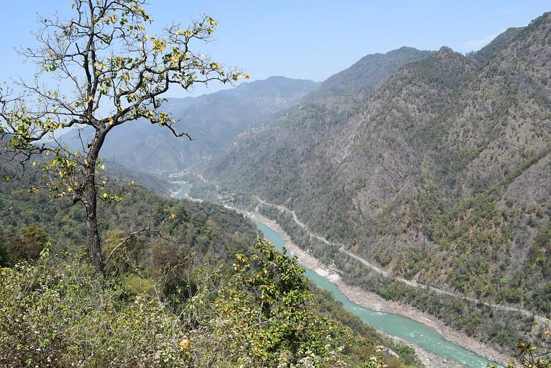 ようやく到着した山頂付近からの眺め。ガンジス川が遠くに見えます。ここまで休憩挟んで5時間もかかりました。。。