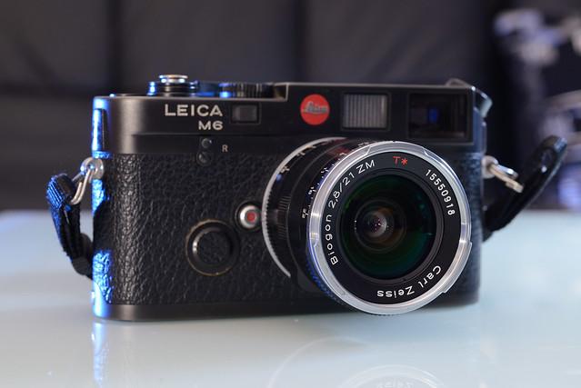 【Leica M6 + ZM 21/2.8】從機身的觀景窗看出去,鏡頭稍稍會擋住視野