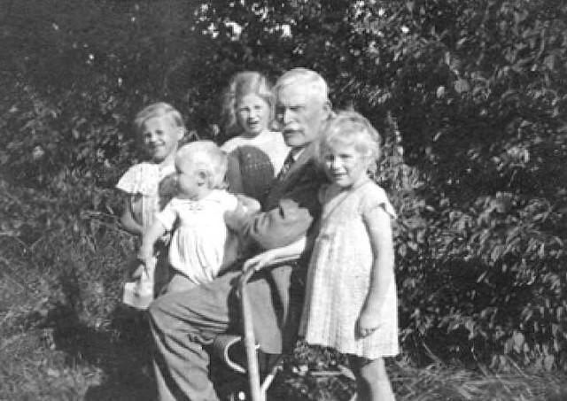 063-0008 Opa Sauff mit seinen Enkelkindern