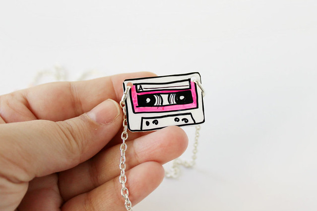 Collana Music Cassette Rosa Fluo 03
