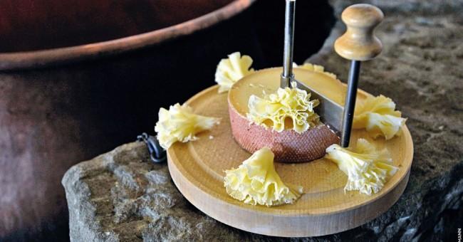 Salát polníček s pečenými hruškami a sýr Tête de Moine