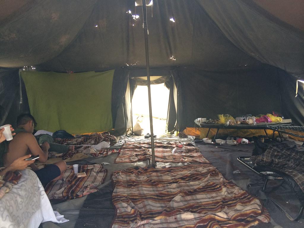 Kunhalmi Ágnes MSZP-s parlamenti képviselő felvétele a körmendi tábor egyik sátrának belsejéről, 2016 júliusában