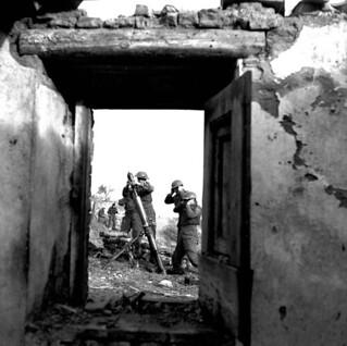Personnel of the Saskatoon Light Infantry firing a 3-inch mortar, near Ortona, Italy, January 5, 1944 / Des membres du Saskatoon Light Infantry tirent un coup de mortier de 3 pouces près d'Ortona (Italie), le 5 janvier 1944