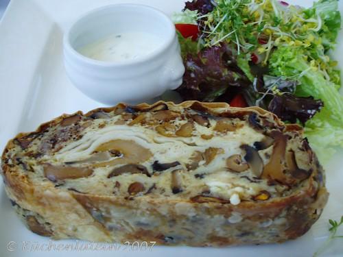 ©Bayrische Spezialitäten Schwammerlstrudel mit Salat