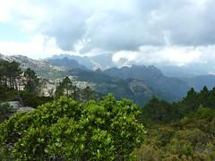 Au col 890m du sentier Capeddu - Sari : vue de Bavella avec l'orage qui arrive