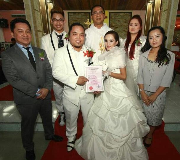 Pasangan pengantin bersama ahli keluarga