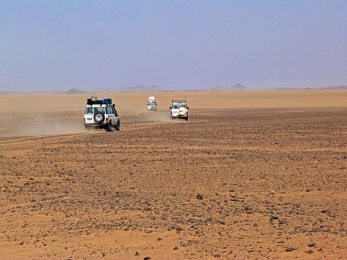 Coches en el desierto (Expedición Kamal, Egipto)