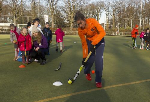 Ellen Hoog geeft een hockey clinic bij MHC Tempo