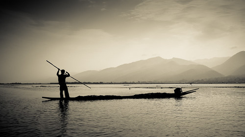 travel lake mountains water berg contrast boats photography boot boat fishing asia asien wasser fuji burma boote berge myanmar inle kontrast fischen reisefotografie x100s