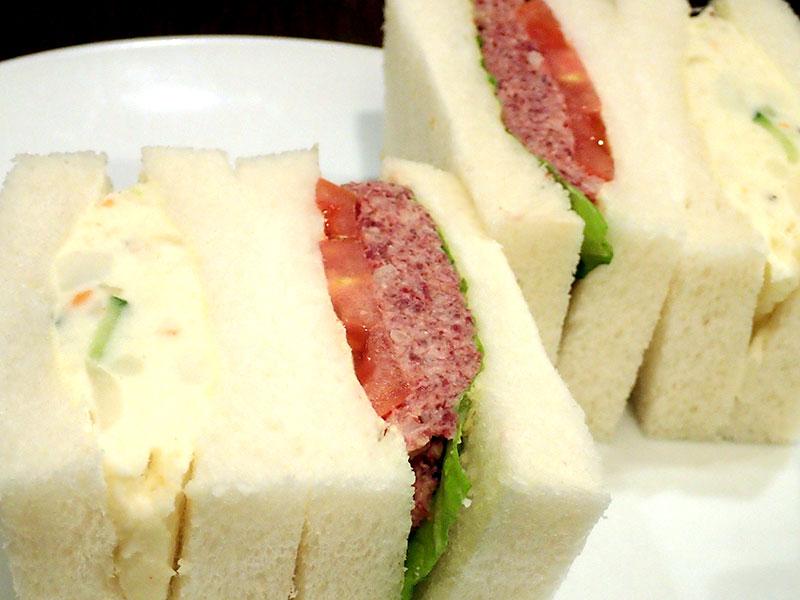 コンビーフとポテトサラダのサンドウィッチ