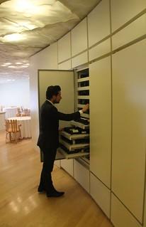 Ismael busca vinos con los que poder elaborar un maridaje.
