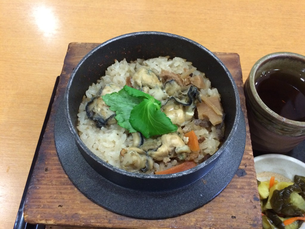 Rice steamed with oysters