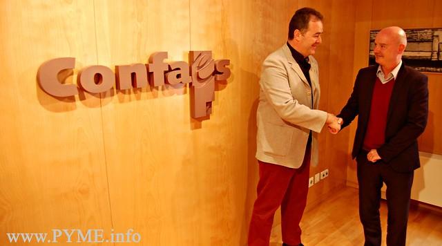 El presidente de CONFAES, Juan Manuel Gómez, estrecha la mano del diplomático británico Tim Hemmings.