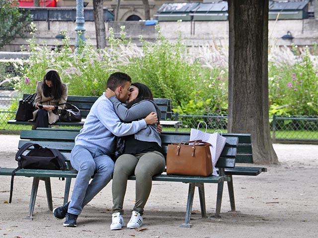 Kisses by the Seine