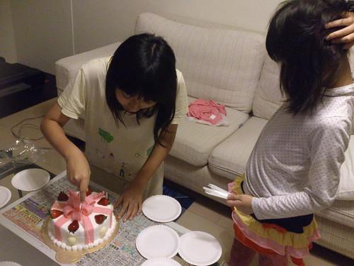 蓁妮與荳荳切蛋糕