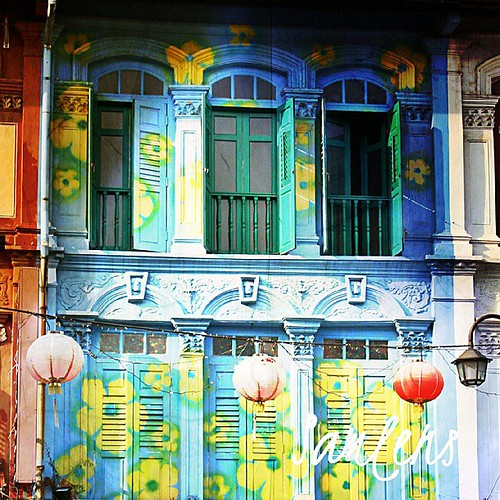 Colorfull - ChinaTown Singapore #traveling  #chinatown #singapore  #instatravel  #instagram  #instaphotoesia  #webstapick  #algaet  #flower  #window by be.samyono