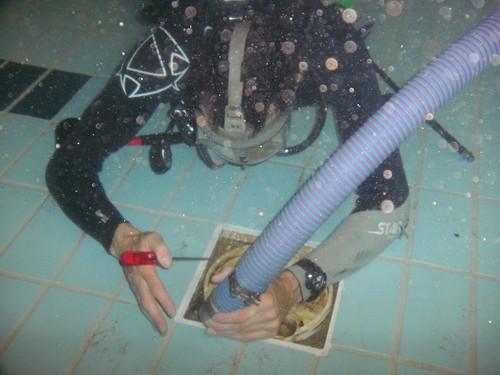 onderwater reinigen van uitlaat rooster