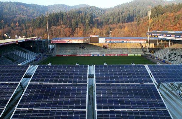 弗萊堡可容納24000人的足球場,屋頂上2200平方公尺,裝滿太陽能光電板,賣給電力公司。