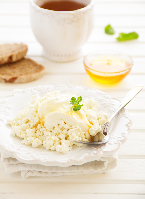 Breakfast with cottage cheese and honey.