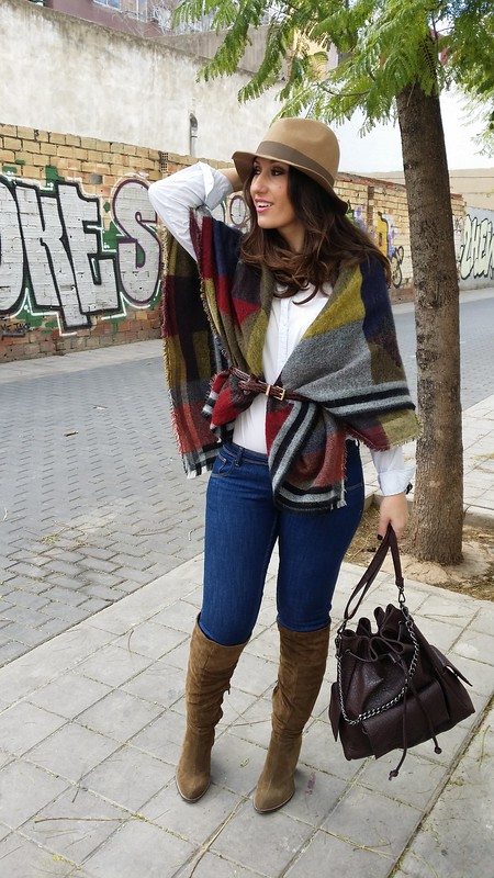 bufanda – poncho, Burberry, blusa azul claro con finas rayas, jeans, botas mosqueteras caquis, mochila marrón chocolate, borsalino beige, scarf – poncho, light blue shirt thin stripes, jeans, khakis overknee boots, chocolate brown bag, beige Borsalino hat, Berskha, Parfois, Massimo Dutti, Zara