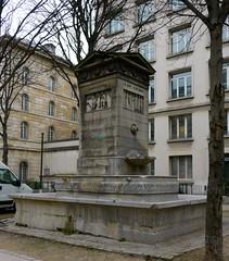 Paris: rue Bonaparte, fontaine de la Paix (ou fontaine de la Paix et des Arts), MH depuis le 6 février 1926, décorée de bas-reliefs allégoriques de Jean-Joseph Espercieux qui représentent l'Agriculture, le Commerce, la Science et les Arts et la Paix.