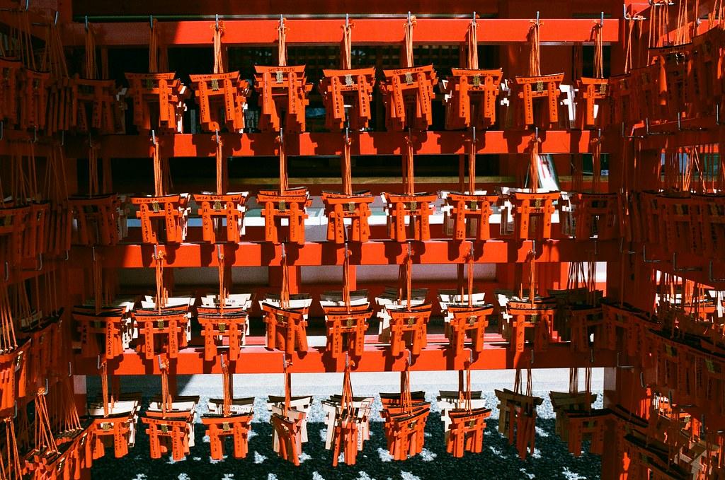 伏見稻荷 京都 Kyoto, Japan / AGFA VISTAPlus / Nikon FM2 2015/09/29 其實我是第一次看到 jinja 造型的牌子。  有點酷!  怎麼那天沒有為自己求一個?  Nikon FM2 Nikon AI AF Nikkor 35mm F/2D AGFA VISTAPlus ISO400 0992-0002 Photo by Toomore