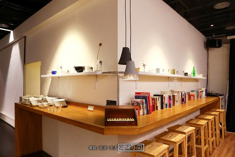 噪音咖啡館打開Changee 噪咖的大門,先看到有著濃濃重金屬風的大廳,往咖啡館裡頭走則是以原木為主的座位區。 以咖啡館的空間來說,這裡相當寬敞,帶個筆電、帶本書就能在這渡過悠閒時光, 噪音咖啡館最有趣的就是以聲音為主題的裝飾,其中隱藏著許多音樂機關。