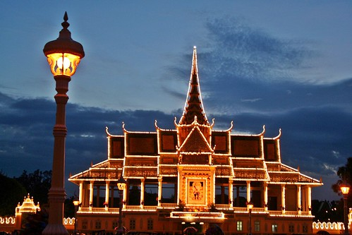 sunset lights evening asia cambodge cambodia southeastasia phnompenh asie eveningsky royalpalace eveninglight indochina phnompenhroyalpalace