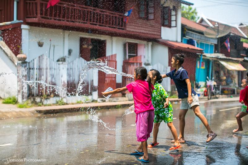Throwing water Pi Mai