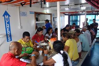 Zona de refeições dentro do barco