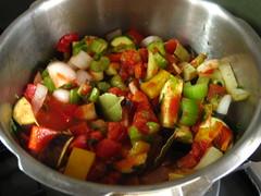 トマト缶、ワイン、ローリエ、塩(4~5人分小さじ1/3、8~10人分小さじ1/2)を加えて煮込みます