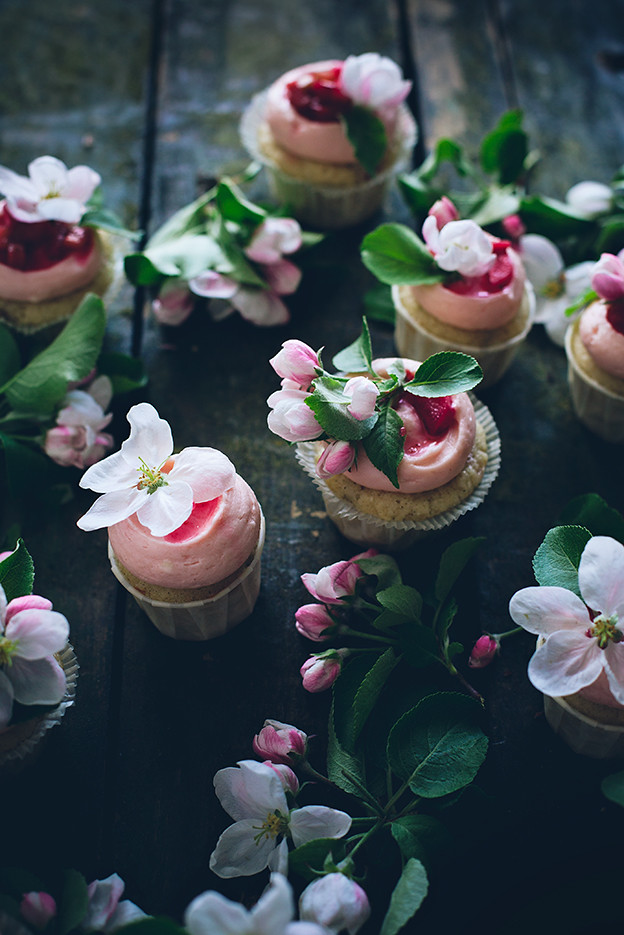 cupcake: Sourcream rhubarb cupcakes with ginger cream cheese frosting ...