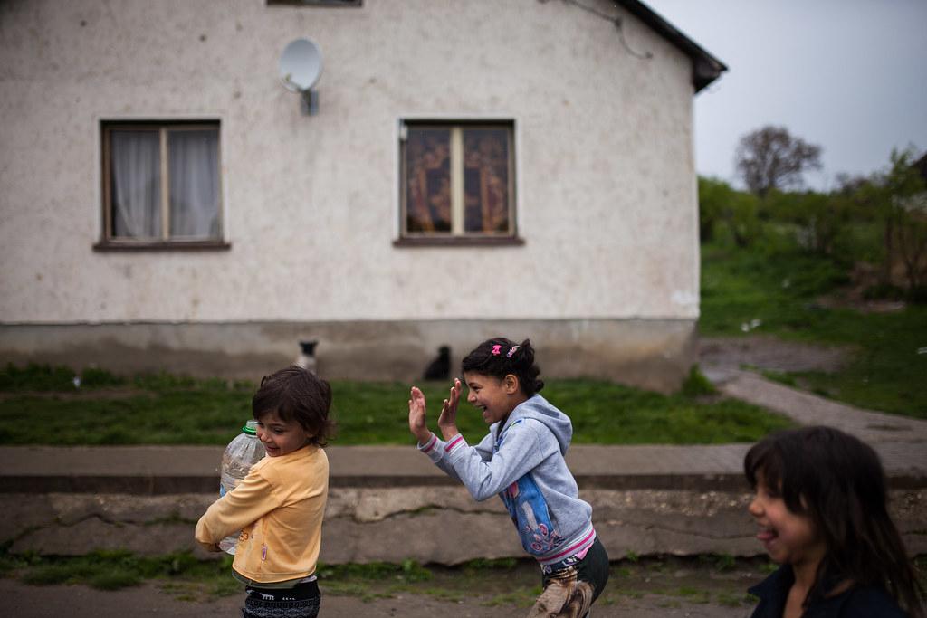 Vezetékes víz egyik házban se volt, ahol jártunk, a szülők és a gyerekek felváltva hordták a vizet a közkútról | Fotó: Magócsi Márton
