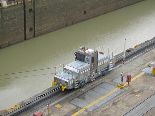 Canal de Panama: un des trains qui tirent et guident les gros bateaux dans les écluses