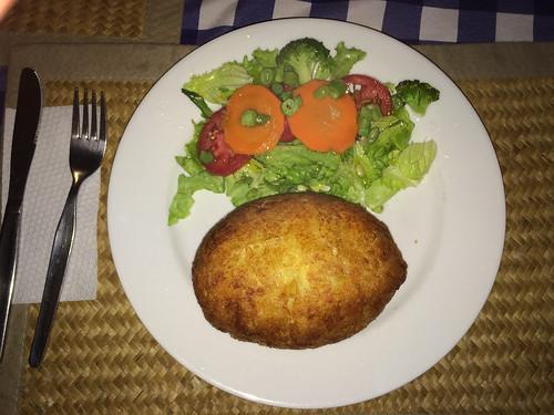 Caraz: patata rellena tradicional. Boule de purée farcie au boeuf hâché, oignons, olives et oeufs durs. Très bon !