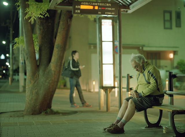 夜のバス待ち