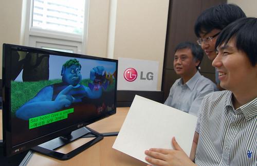 장애인 접근성 강화된 소형TV를 보고있는 장애인