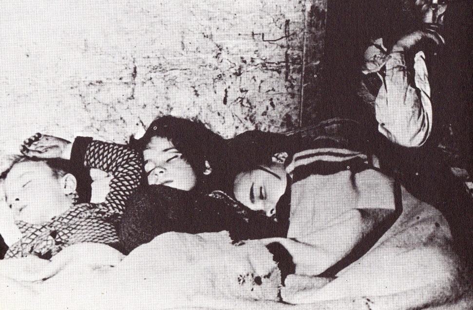 11. Niños durmiendo en un refugio improvisado