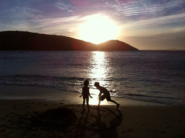 Crianças no pôr do sol/ Children playing at the sunset #Flickr12Days