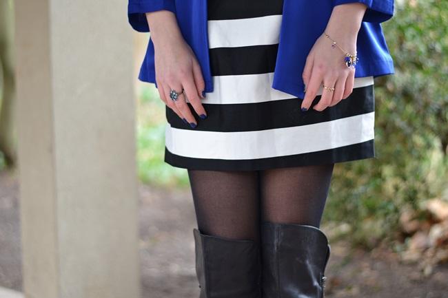 Outfit gestreiftes Kleid und blaue Jacke (4)