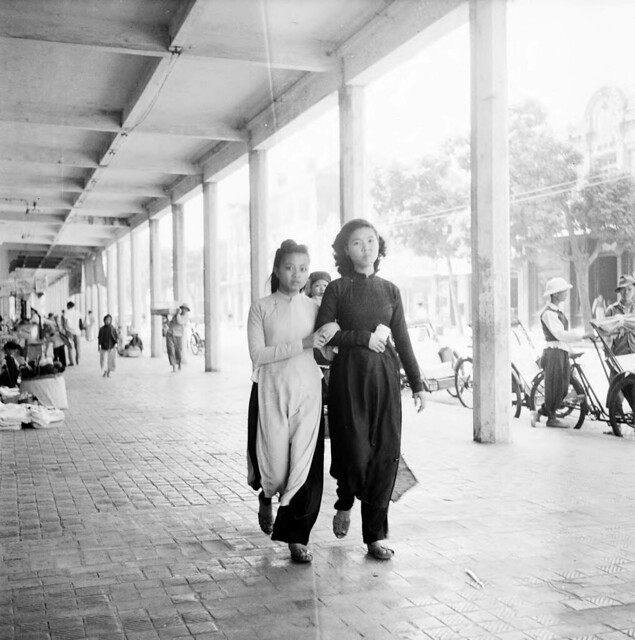 Hanoi 1950 - Women walking arm-in-arm