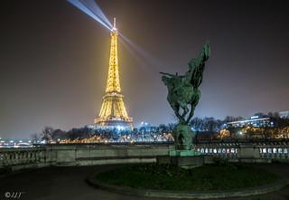 La France renaissante et la Dame de Fer avec les faisceaux lumineux