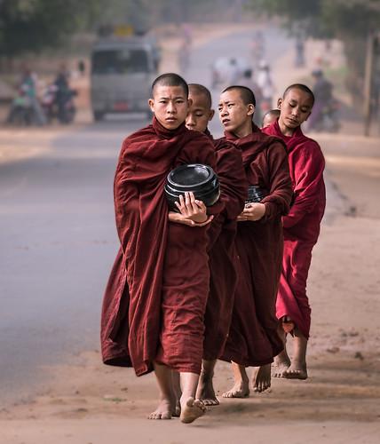 flickr burma buddhism monks myanmar bagan nyaungu republicoftheunionofmyanmar mandalayregion schwezigonpaya gr8rx